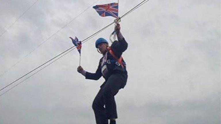 El alcalde de Londres se queda colgado de una tirolina durante los Juegos