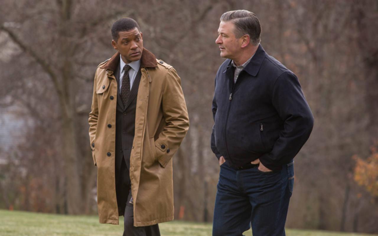 Alec Baldwin interpreta a un médico deportivo que será el único que apoye al Dr. Omalu