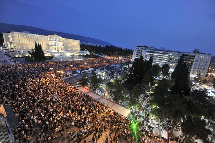 Alrededor de 50.000 personas del movimiento de los Indignados griegos se han manifestado frente al Parlamento