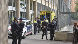 Un alumno mata con una ballesta a un profesor en un instituto de Barcelona
