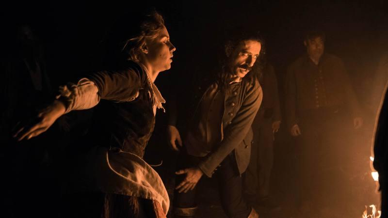 Amelia y Alonso danzando alrededor del fuego en pleno aquelarre