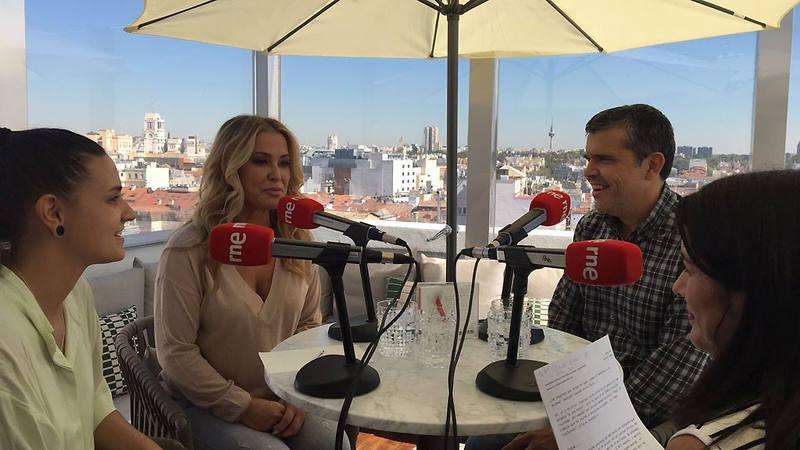Anastacia durante la entrevista en 'Las mañanas de RNE' con Alfredo Menéndez y Eva Cordón