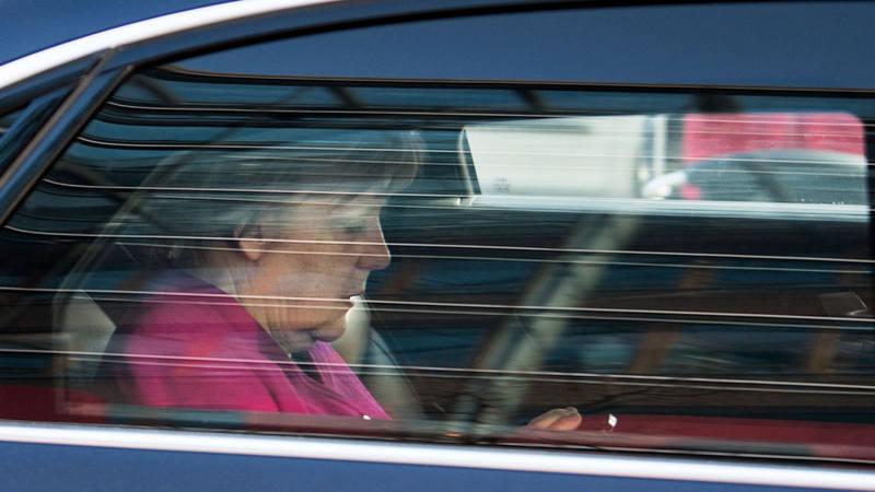 Angela Merkel abandona en un coche la sede de su partido, después de cerrar el acuerdo para un nuevo gobierno