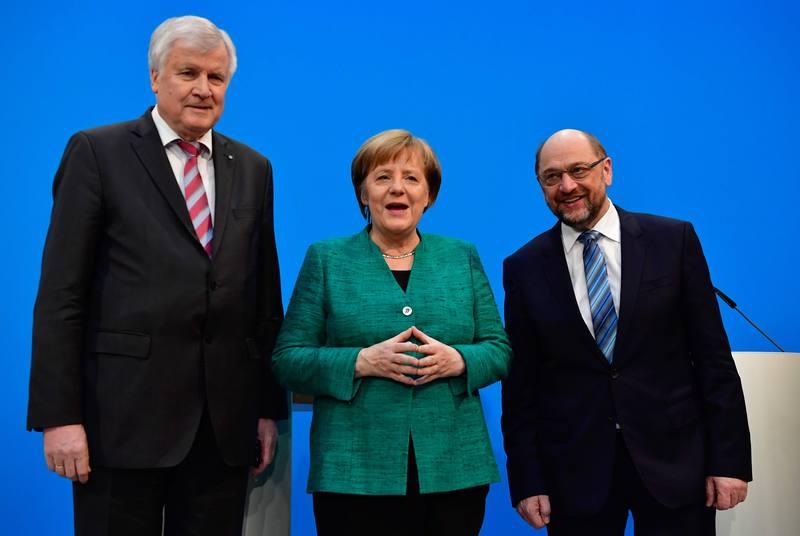 Angela Merkel posa con su socio bávaro, Horst Seehofer, y con el líder socialdemócrata, Martin Schulz, tras anunciar el acuerdo para una gran coalición