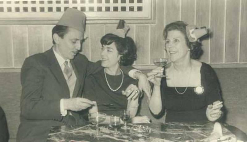 Antonio Buero para la Nochevieja en el Café Gijón, con su mujer Victoria, en 1959