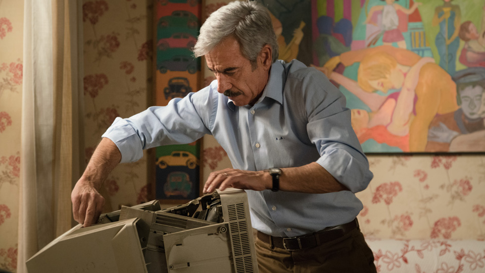 Cuéntame cómo pasó - Antonio se carga el ordenador de Deborah