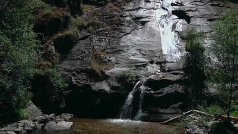 Aqu la tierra el chorro una piscina natural en segovia - Piscina climatizada segovia ...