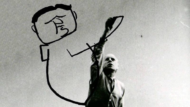 El artista Josep Renau dibujando una caricatura