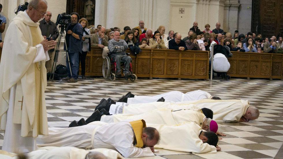 El arzobispo de Granada se postra ante el altar mayor de la Catedral para pedir perdón