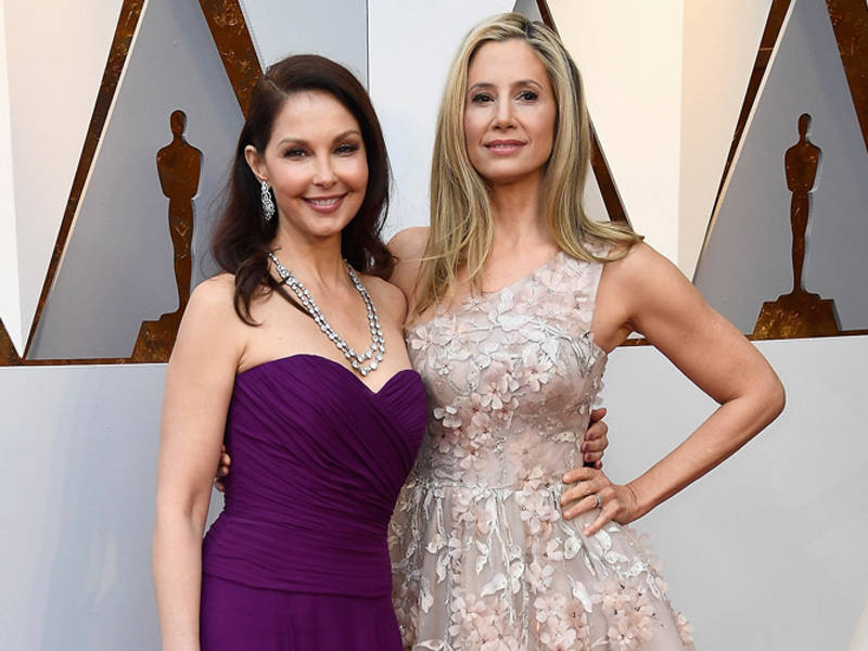 Ashley Judd y Mira Sorvino en la alfombra roja