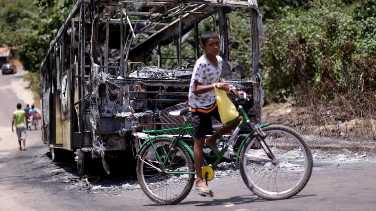 Un autobús quemado durante unos disturbios en Sao Luis