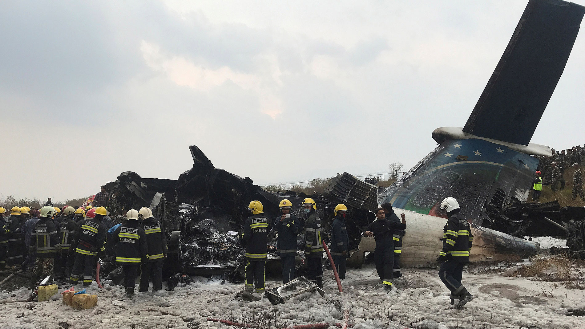 Un avión con 71 personas a bordo se estrella en Katmandú