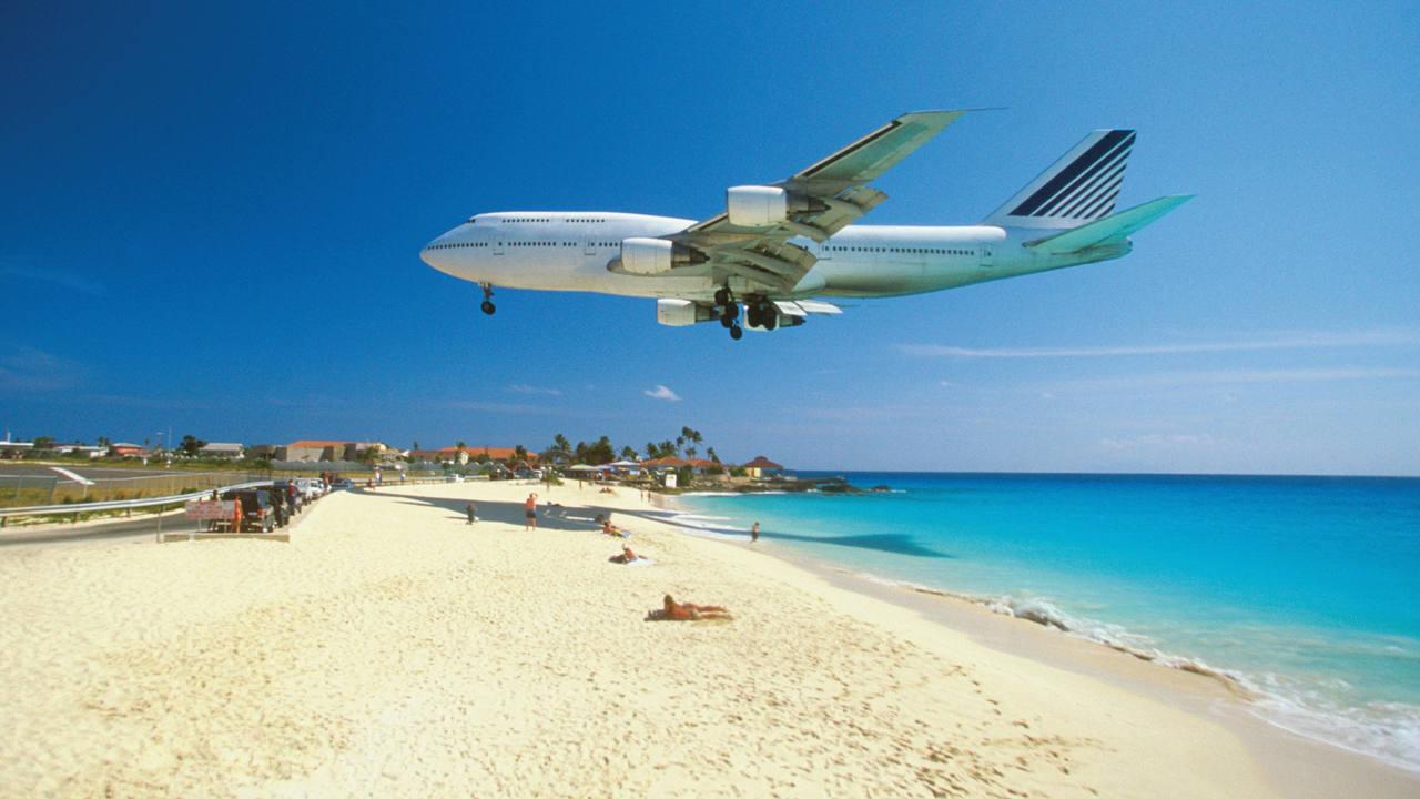 Avión aterrizando en un destino turístico