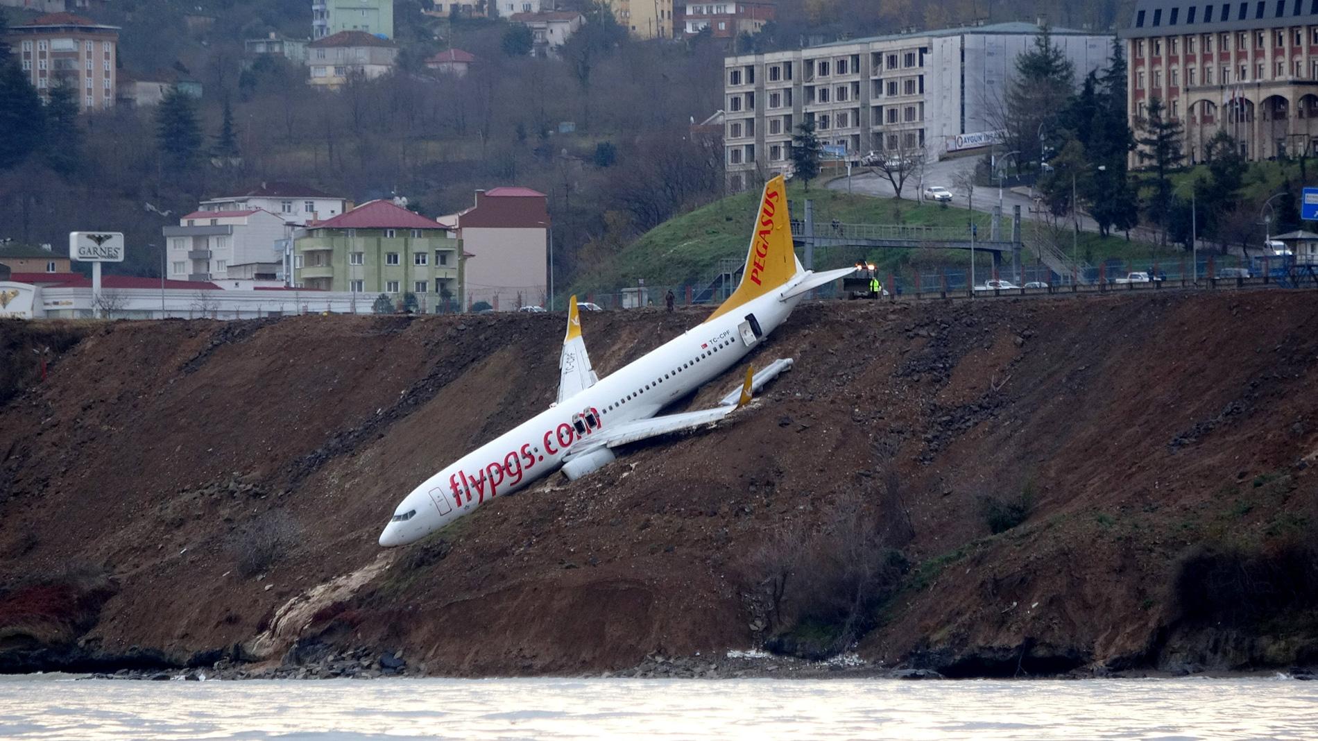 Un avión turco con 162 pasajeros se sale de la pista y cae por un acantilado sin que haya heridos