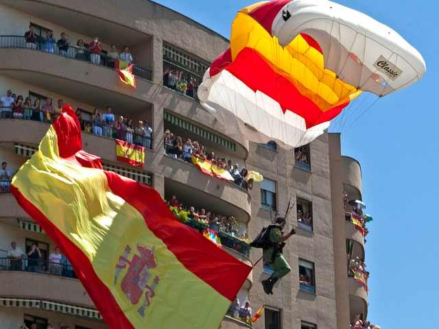 Miles de personas siguen el Día de las Fuerzas Armadas en Badajoz