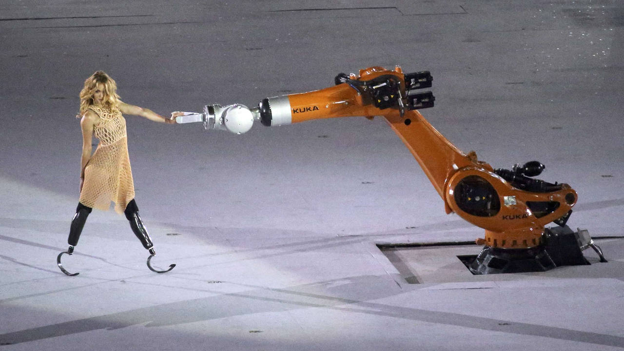 La bailarina Amy Purdy baila con un robot