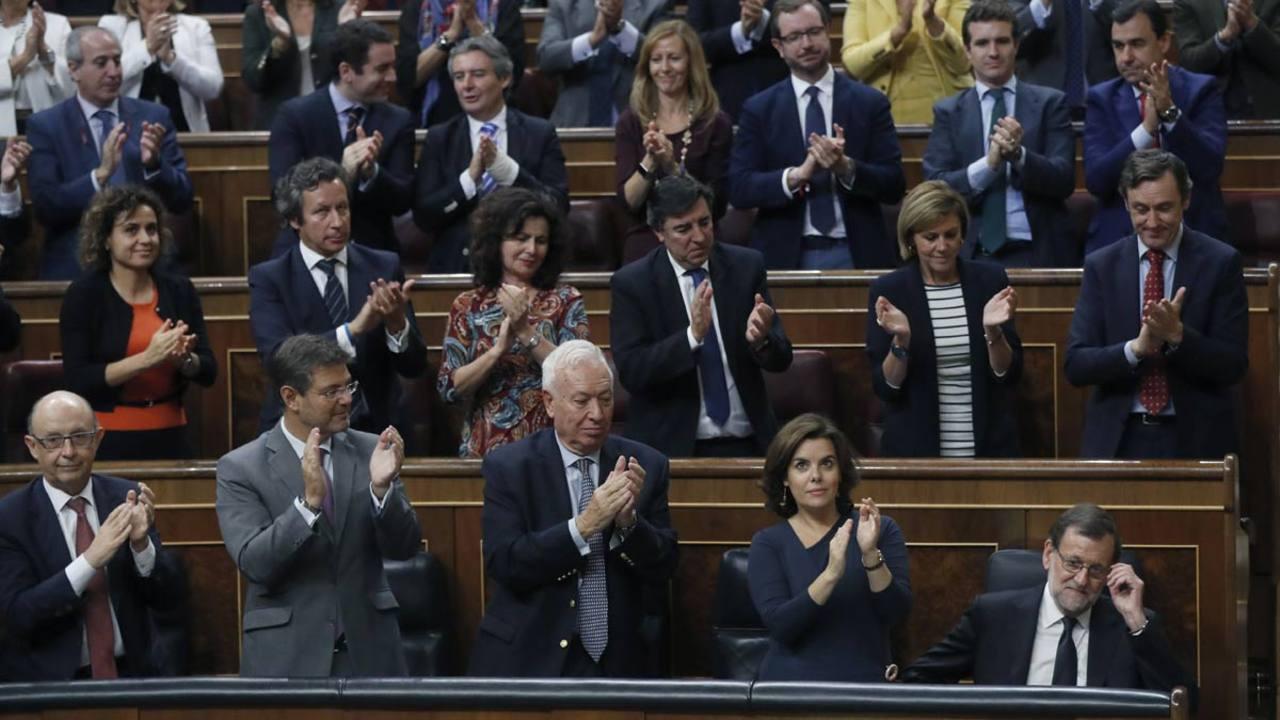 La bancada 'popular' aplaude a su líder, Mariano Rajoy.