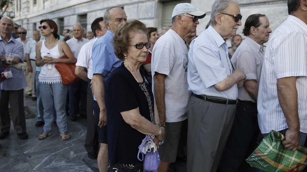 Grecia reabre los bancos tras tres semanas pero sigue el for Manana abren los bancos en espana
