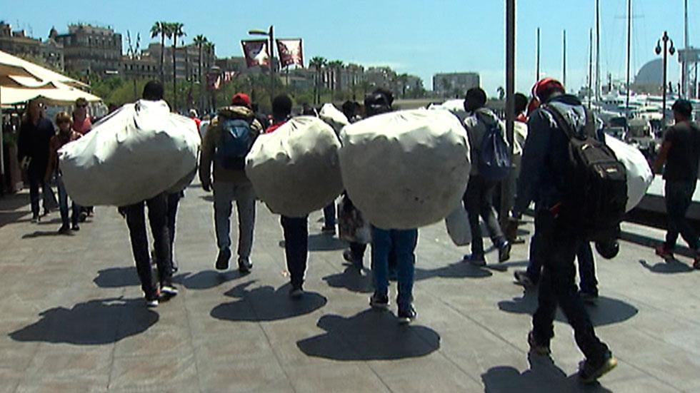 Barcelona intensificará la acción policial contra el top manta