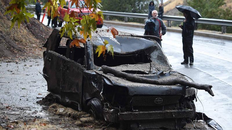El barro ha sepultado varios coches en la localidad de Burbank