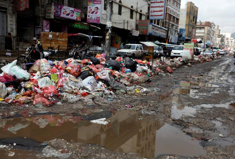 Basura apilada en las calles de Saná, la capital de Yemen