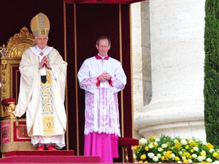 """Benedicto XVI ha recordado la """"fortaleza"""" de Juan Pablo II en su homilía"""