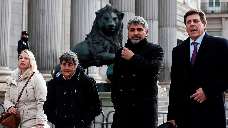 Juan Carlos Quer (d) y Juan José Cortés, padres de Diana Quer y Mari Luz Cortés, junto a Jéssica Sánchez, en representación de la familia de Yéremi Vargas, y la presidenta de la Asociación Clara Campoamor, Blanca Estrella (2i)