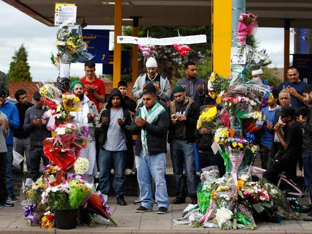 Blancos, negros y asiáticos dan sus condolencias a las familias de los atropellados en Birmingham