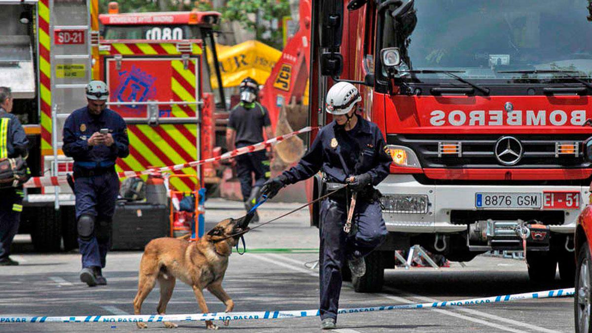 Los bomberos trabajan con menos riesgo en la búsqueda de los desaparecidos en el derrumbe en Madrid