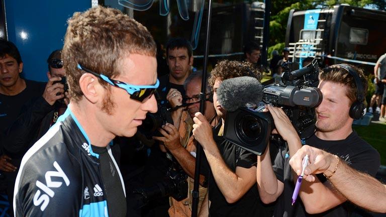 Bradley Wiggins, líder del Tour, recibe a través de RTVE un regalo de Miguel Indurain