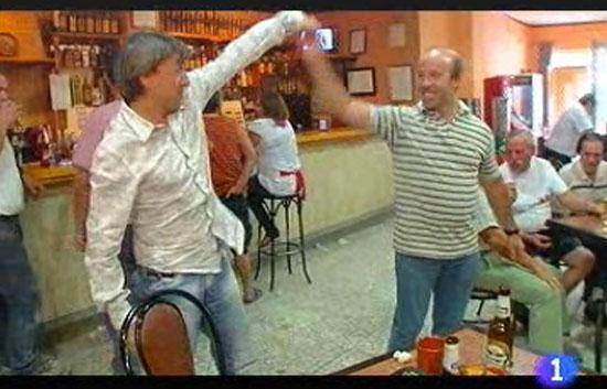 Volver con... - Breakdance en el bar del pueblo