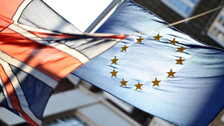 Los británicos divididos a mitades casi guales sobre la permanencia en la UE