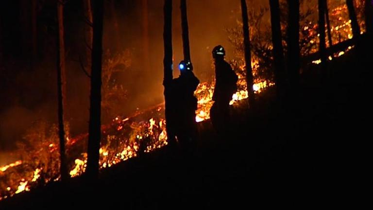 Decenas de efectivos trabajan para controlar los incendios de Girona, Lleida y Huesca