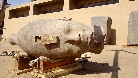 Cabeza gigante de granito del faraón Amenhotep III (1390-1352  a.C.)