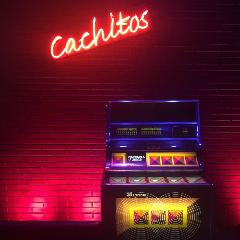 'Cachitos' invita a artistas de hoy a viajar al interior de una vieja rockola para rescatar canciones de siempre