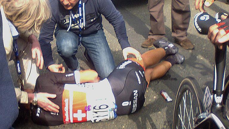 Caída de Cancellara en el Tour de Flandes