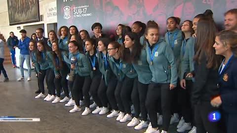 Las campeonas del mundo sub-17 reciben el homenaje del fútbol español
