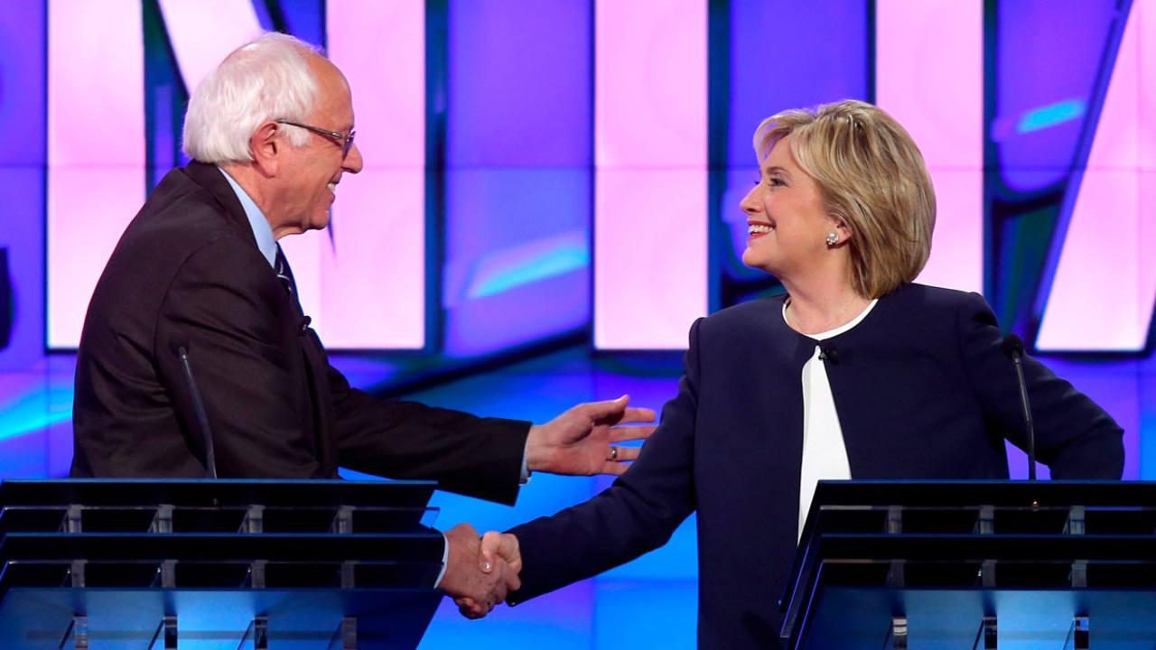 Los candidatos demócratas a la Casa Blanca, Bernie Sanders y Hillary Clinton se saludan durante el debate.