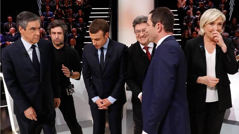 Los candidatos a las presidenciales francesas, de izquierda a derecha: Francois Fillon, Emmanuel Macron, Jean-Luc Mélenchon, Benoit Hamon (de perfil) y Marine Le Pen, conversan antes de participar en el primer debate de las elecciones