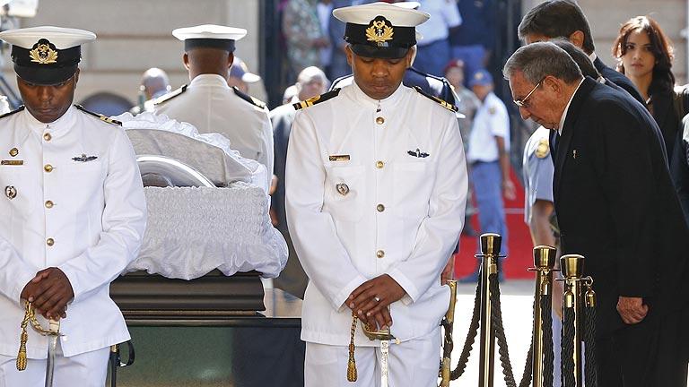 La capilla ardiente de Nelson Mandela continúa abierta por segundo día