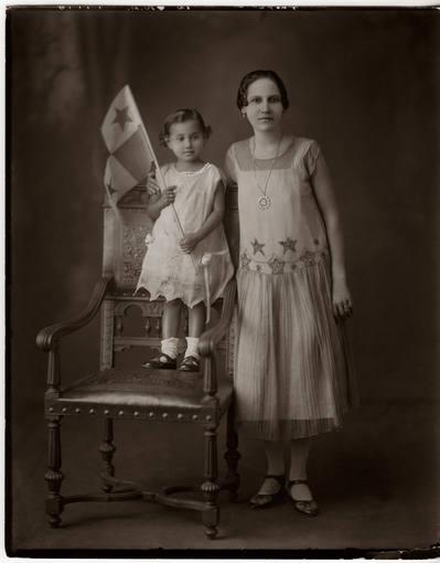 Carlos Endara. Madre e hija (identidades desconocidas). En la exposición de Casa de América 'Un mundo feliz. Panamá en ojos de Carlos Endara'. Colección Casa Museo Endara