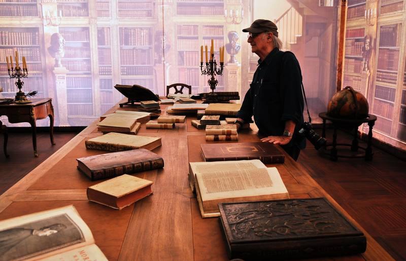 Carlos Saura, en la biblioteca