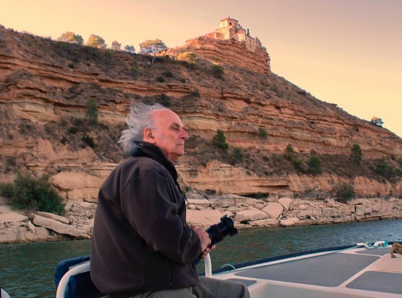 Carlos Saura, durante un paseo or el 'Mar del Ebro'