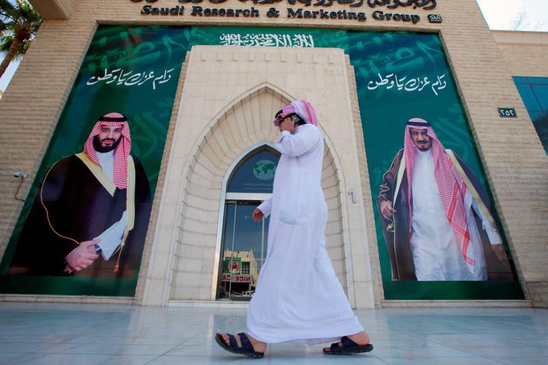 Un cartel en una calle de Riad muestra al principe heredero, Mohamed bin Salmán, y al rey saudí, Salmán bin Abdulaziz