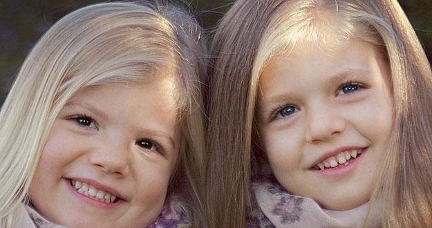 Los príncipes de Asturias han elegido una instantánea de sus dos hijas, Sofía y Leonor, para felicitar la Navidad.
