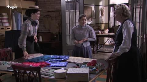 Acacias 38 - Casilda elige las telas para sus trajes