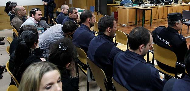 Los tres porteros (al fondo) de la discoteca El Balcón de Rosales durante el juicio por la muerte de Álvaro Ussía