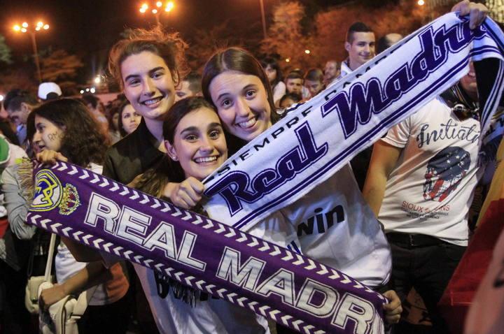 Aficionadas del Real Madrid, en Cibeles.
