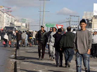 Ver vídeo 'Cientos de jóvenes vuelven a tomar las calles de Túnez a pesar del toque de queda'