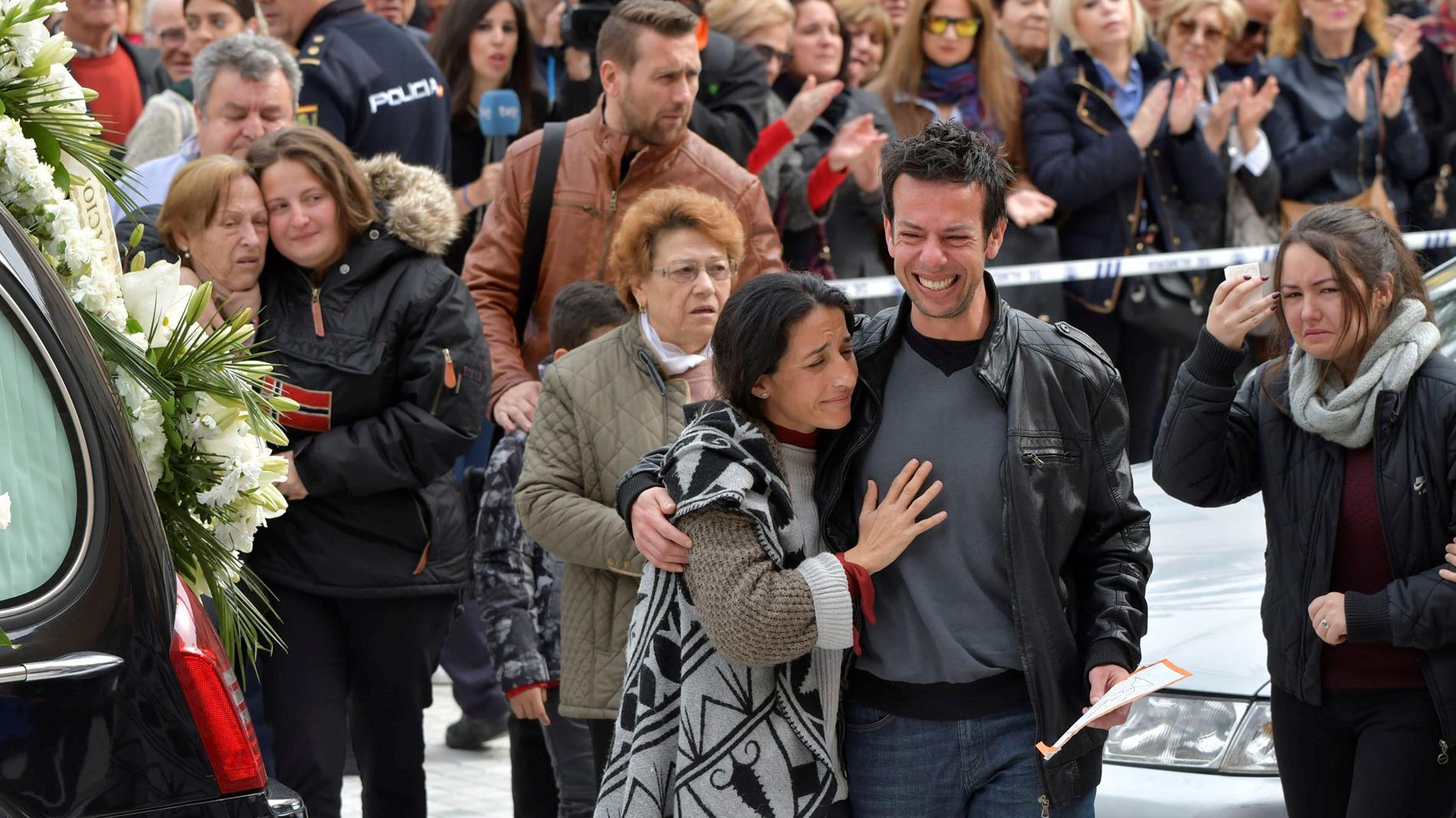 Cientos de personas arropan a los padres de Gabriel Cruz en el funeral del niño